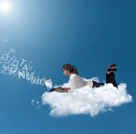 Concept van een zakenvrouw die werkt via een wolk Stockfoto