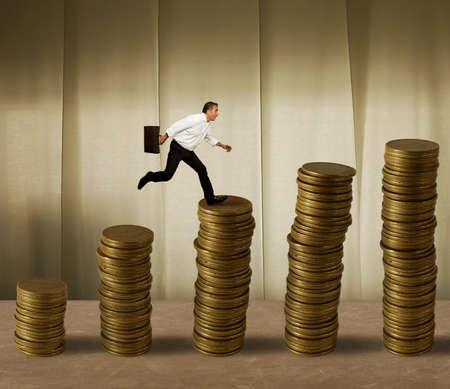 crisis economica: Saltos hombre de negocios en una pila de dinero Foto de archivo