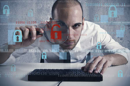 Zakenman kijken in een computer op virussen en hackers Stockfoto