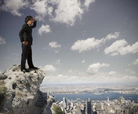 descubrir: Hombre de negocios mayor mirando al futuro Foto de archivo
