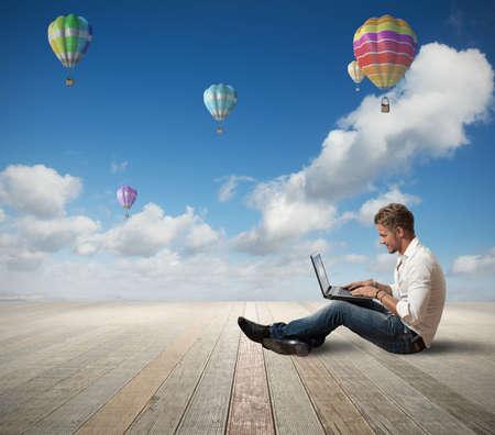 屋外のノート パソコンで作業の実業家