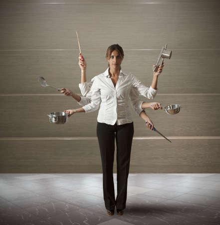 werkende moeder: Concept van multitasking vrouw in de keuken Stockfoto