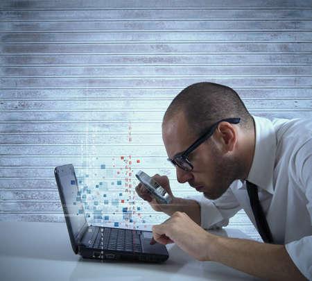 Hombre de negocios en busca de virus y hacking en un ordenador portátil Foto de archivo