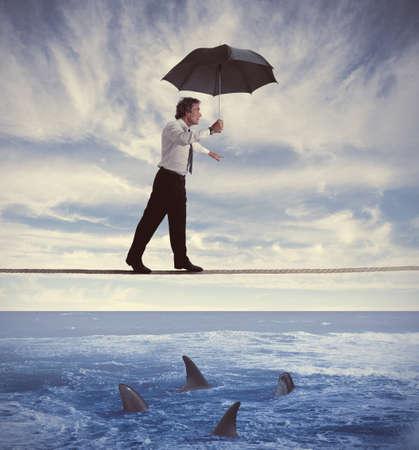 ubezpieczenia: Pojęcie ubezpieczenia z biznesmenem na liny Zdjęcie Seryjne