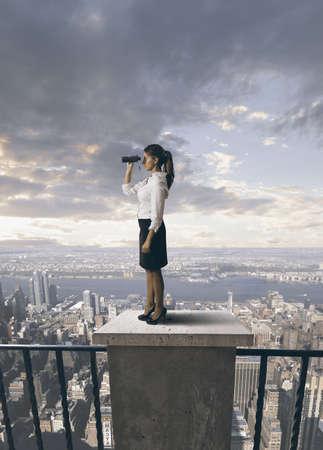 mujer de negocios en busca de un futuro en el negocio Foto de archivo