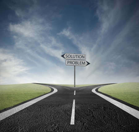 cruce de caminos: Concepto de elegir el camino correcto