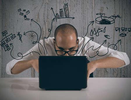 ic�ne logiciel: Homme d'affaires travaillant avec un ordinateur portable sur de nouveaux projets