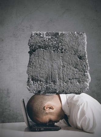 hoofdpijn: Concept van zakenman benadrukt op het werk
