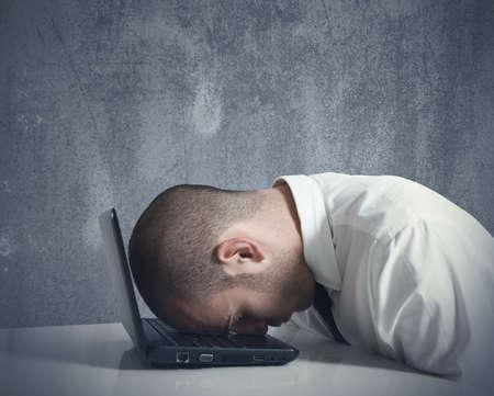 dolor de cabeza: Concepto de busibnessman estresado en el trabajo