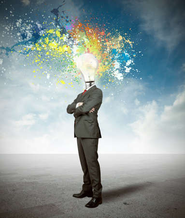 pensamiento creativo: Concepto de idea Creativite de un hombre de negocios