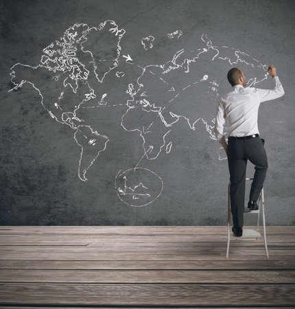 alrededor del mundo: Concepto de empresario que planea un negocio global