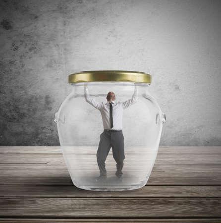 suffocating: Concetto di uscire dalla trappola