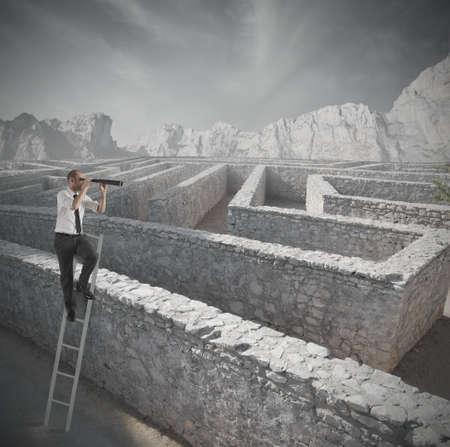 laberinto: Hombre de negocios en busca de la solución al laberinto