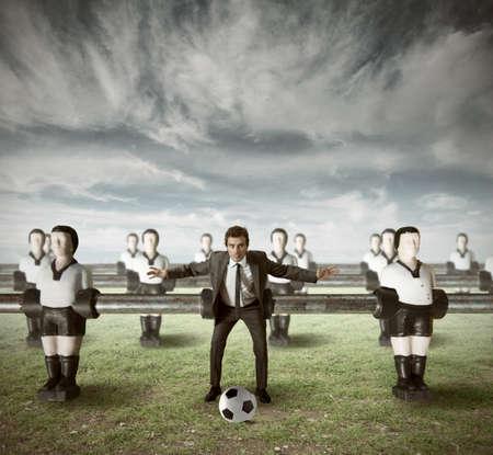 jugando futbol: Negocios ataque en equipo en un campo verde