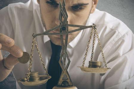 equidad: Hombre de negocios y el concepto de ganar equilibrio