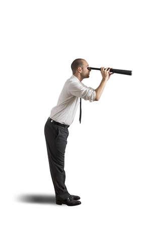 Empresaria con el telescopio en el fondo blanco