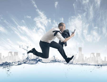 競技会: 水の上を実行している実業家とストレスの概念