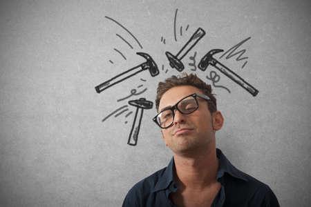 hoofdpijn: Concept van beklemtoonde zakenman met hamer