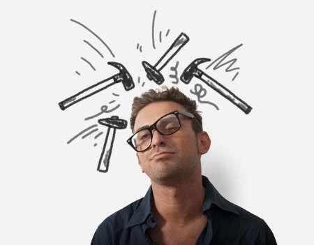dolor de cabeza: Concepto de hombre de negocios estresado con el martillo