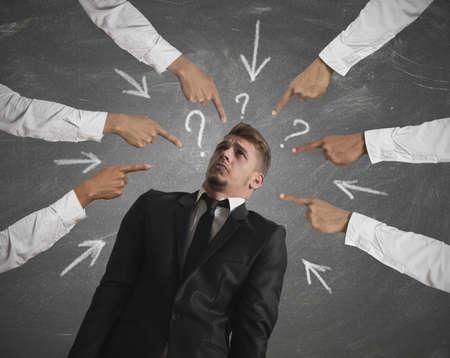 Concept van beschuldigd zakenman met met vingers wijzen
