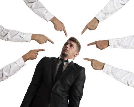 conflicto: Concepto de empresario acusado en el fondo blanco