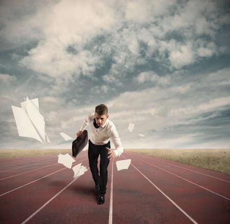 athletes: Concours d'affaires avec beaucoup d'homme d'affaires sur la piste