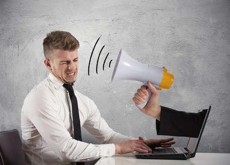 Web advertising e il concetto di spam con uomo d'affari e megafono