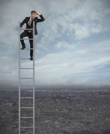 競技会: ビジネスマン、階段の上、将来を探しています