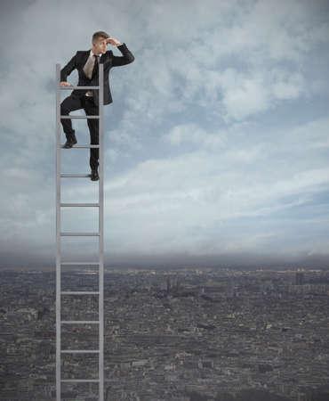 ganar: De negocios que mira el futuro en una escalera
