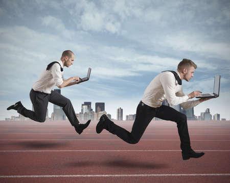 concurrencer: Conceot de la concurrence avec deux hommes d'affaires en cours d'ex�cution sur une piste