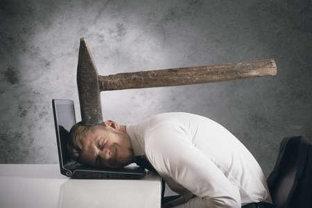 dolor de cabeza: Concepto de estr�s con el empresario con un martillo en la cabeza