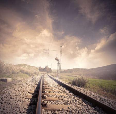 Chemin de fer long au lever du soleil