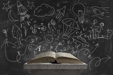 onderwijs: Concept van de verbeelding het lezen van een boek Stockfoto