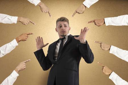 desconfianza: Concepto de empresario acusado con los dedos apuntando hacia Foto de archivo