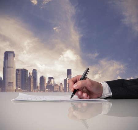 Hombre de negocios está firmando un contrato en la oficina