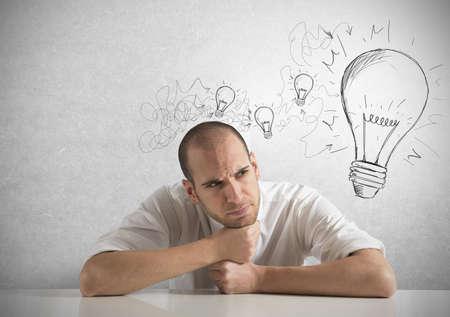 pensamiento creativo: Concepto de hombre de negocios con una gran idea creativa Foto de archivo
