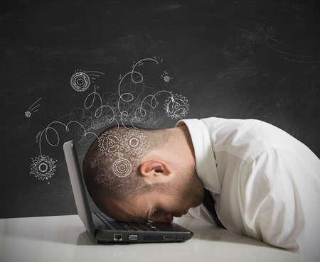 agotado: Concepto de estr�s para dormir hombre de negocios en un ordenador port�til Foto de archivo
