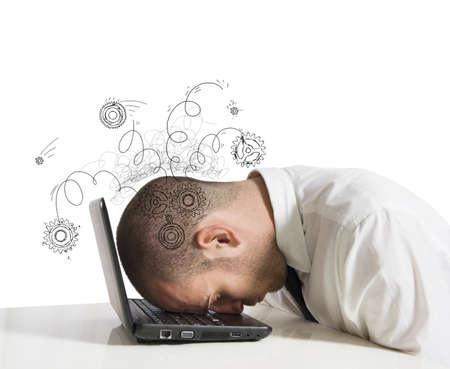 dolor de cabeza: Concepto de estr�s para dormir hombre de negocios en un ordenador port�til Foto de archivo