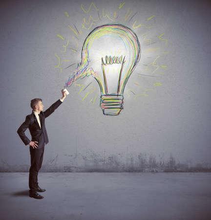 Concept van de zakenman met een creatief grote idee