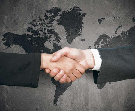 negocios internacionales: Concepto del apret�n de manos de negocios del mundo