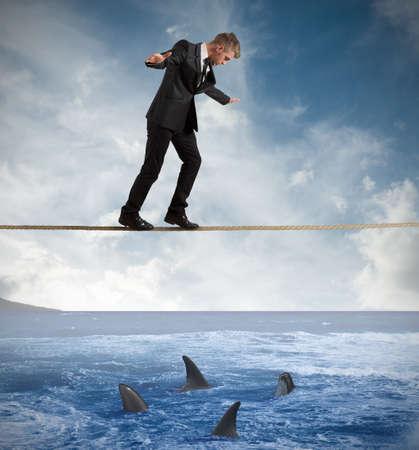 Concepto de riesgo con el empresario y el tiburón Foto de archivo