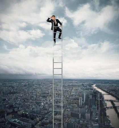 lejos: Empresario fo busca trabajo en una escalera