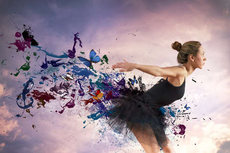 bailarina: Dança da menina durante o amanhecer com efeito de movimento