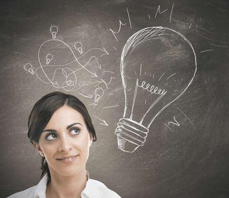 lightbulb: Concept d'une femme d'affaires avec une grande id�e