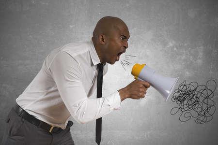 empresario enojado: Concepto de hombre de negocios enojado con meg�fono
