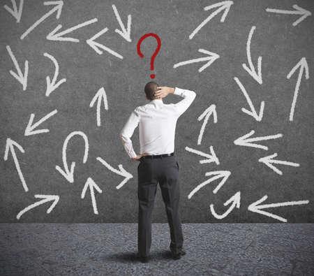 혼란스러운: 사업가의 어려운 선택의 개념 스톡 사진