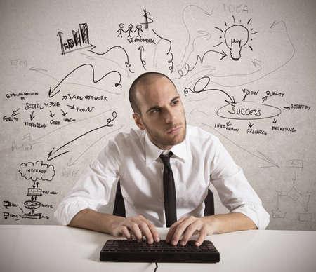 Network marketing: Hombre de negocios que trabaja en un proyecto empresarial