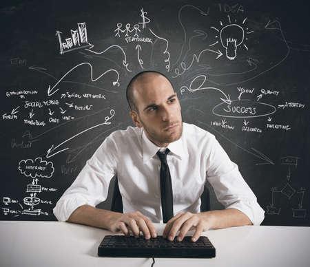 imaginacion: Hombre de negocios que trabaja en un proyecto empresarial