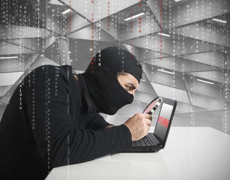 hacking: Sguardo Hacker per la password in un computer portatile