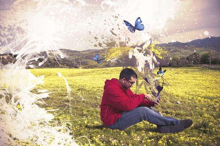 creativity artist: Concepto de tecnolog�a creativa con el muchacho y tableta